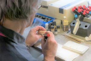 Das Zahntechniklabor bei einer filigranen Arbeit