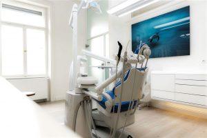Einer der modernen Behandlungsstühle vor der Untersuchung