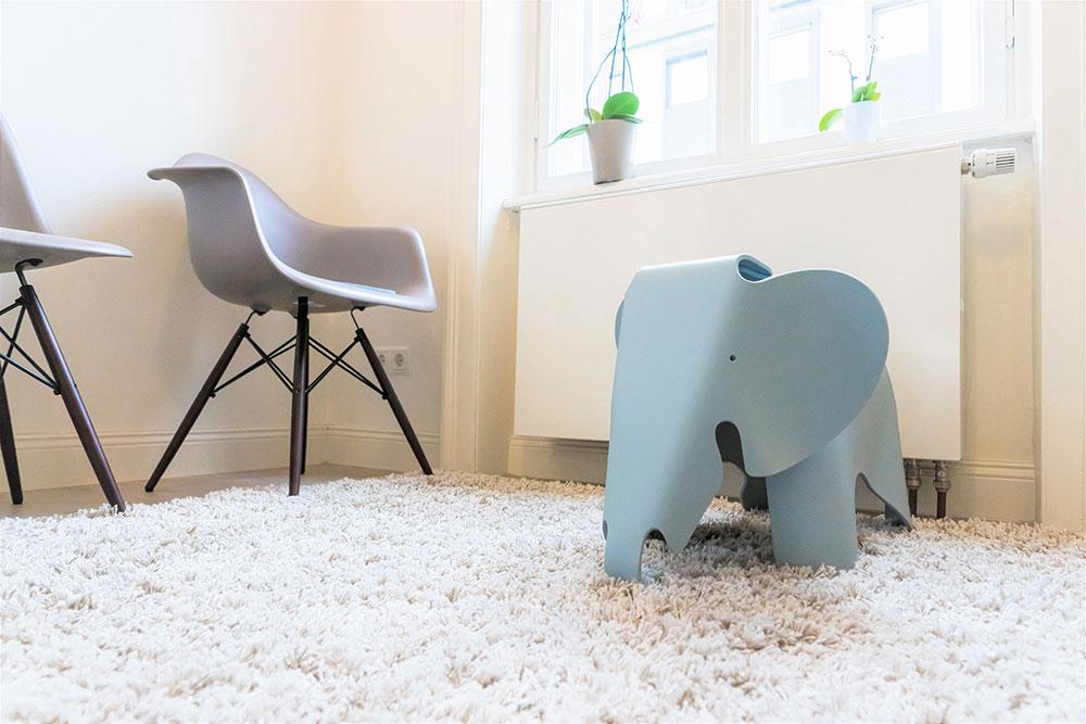Kinderelefant und Stühle im Wartezimmer