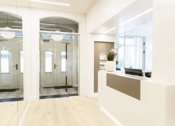 Eingangsbereich mit Blick auf die Rezeption.